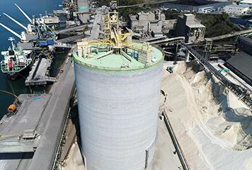 高知工場 セメント貯蔵用大型サイロ